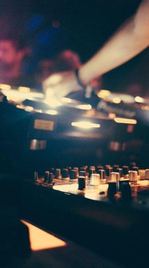 dj-mixer-hands-set